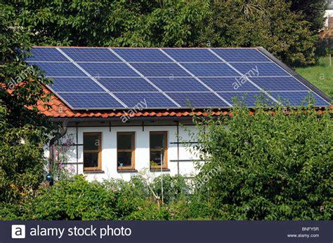 Solaranlage Auto by Solar Panel On Roof Garage Stockfotos Solar Panel On