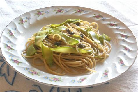 come cucinare alici spaghetti integrali con alici zucchine e capperi