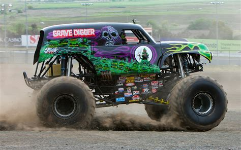 monster jam grave digger truck 10 scariest monster trucks motor trend