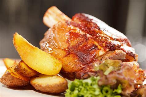 cucina stinco di maiale ricetta stinco di maiale al forno con patate roba da donne