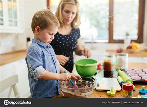 imagenes niños cocinando ni 241 o lindo inteligente ayudar a madre en cocina foto de