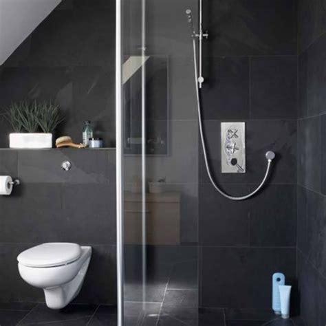dark tile bathroom ideas ba 241 os revestidos con pizarra