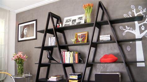 un librero en apuros una forma de ordenar y organizar la casa es con un estante
