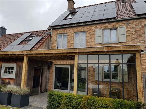 tuinhuis wit met grijze deuren veranda s en terrasoverkappingen van hout door de echte