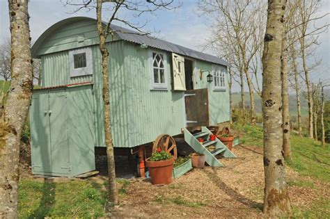 libro shepherds huts living 25 best ideas about shepherds hut on living in a caravan bus house and the caravan