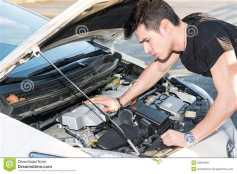 reparar imagenes jpg corruptas hombre joven hermoso que intenta reparar un motor de coche