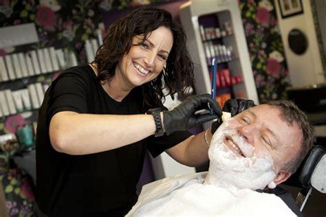 lady barber shaving female barber makes britain s best wet shaving barber