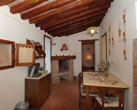 möbel mediterraner stil wohnzimmer rot dekorieren