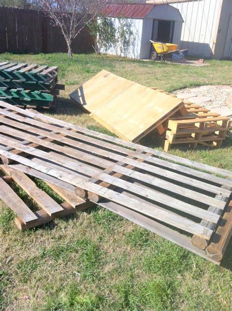 remodelaholic build  wooden pallet deck