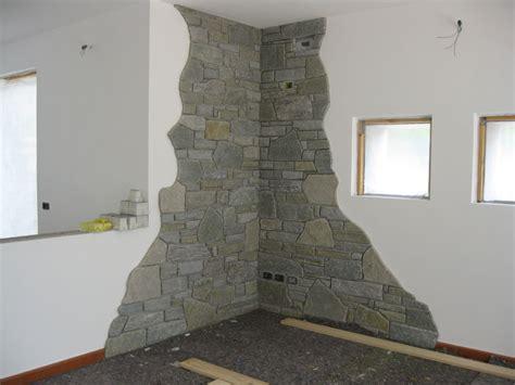 pareti interne rivestite in pietra pareti con pietra parete in pietra finta o vera soggiorno