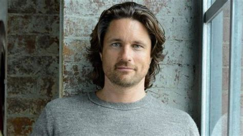 new zealand actor grey s anatomy shonda rhimes casts kiwi actor martin henderson to replace