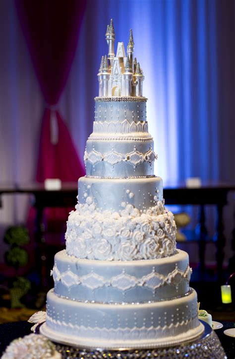 Hochzeitstorte Schloss by This Cinderella Castle Wedding Cake Will Command Attention