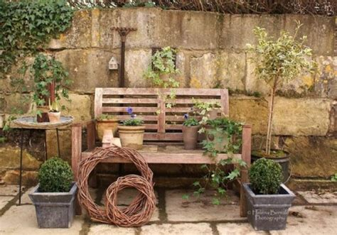 decorar patio con bancos aprovecha los bancos como accesorios decorativos