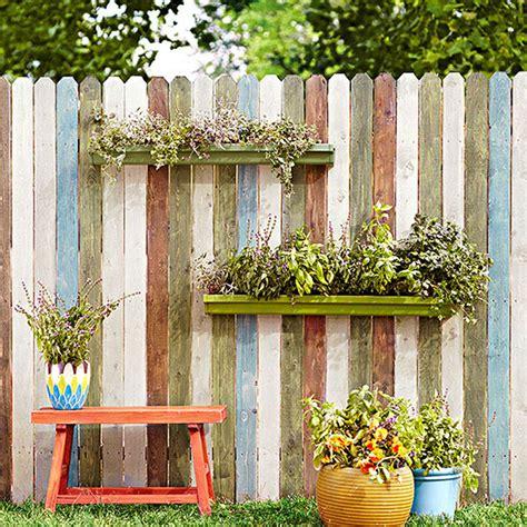 Pot Pagar Kayu percantik eksterior rumah dengan sentuhan warna baru
