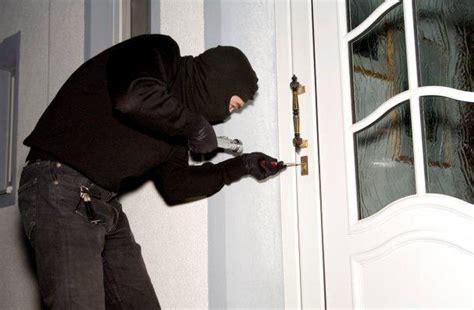 immagini di ladari cronaca scicli scicli ladri in appartamento mentre gli