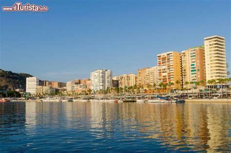 malaga porto barche ancorate nel porto di malaga andalusia foto