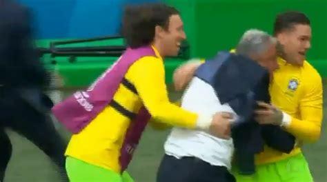 tite vira meme ap 243 s cair em comemora 231 227 o de gol do brasil