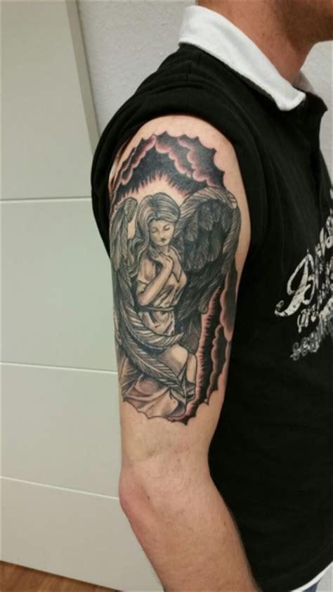 Tattoo Oberarm Motorrad by Lito Schutzengel Mit Schriftzug Tattoos Von Tattoo