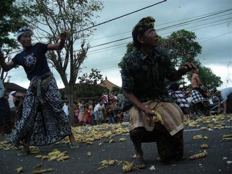 Bantal Denpasar berperang dengan tipat bantal di kapal balebengong