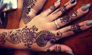 henna temporary hand tattoo trend