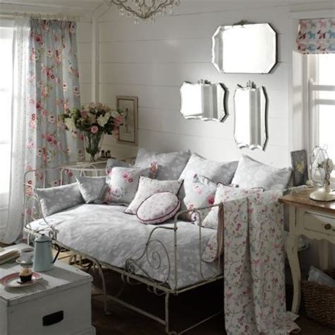 Daybed Living Room Small Living Room Decorating Ideas With Shabby Chic Daybed With Trundle