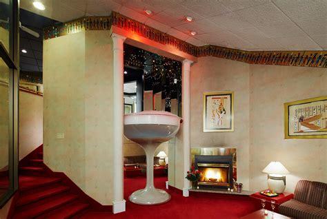 poconos themed hotel romantic retreat in the pocono mountains cove haven resorts
