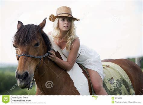 donna bionda con il cavallo immagine stock immagine donna bionda sul cavallo immagine stock libera da diritti