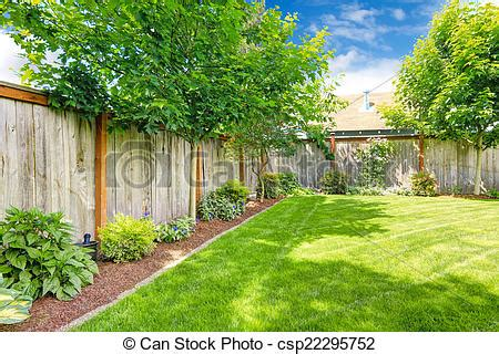 www backyard banco de imagens de cercado gramado canteiro flores