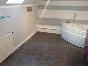 Petite Salle De Bain Douche Italienne #2: Salle-de-bain-baignoire-dangle-et-sol-PVC-3.jpg