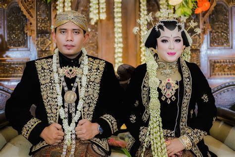Foto Prewedding Adat Jawa Timur by Aprel Yeye Wedding Adat Jawa Berhijab Lhf