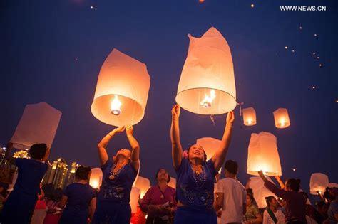 lanterne cinesi volanti fai da te sky lanterns released to celebrate new year of dai ethnic