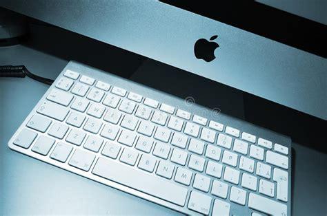 foto scrivania mac computer di mac apple sulla scrivania al posto di lavoro