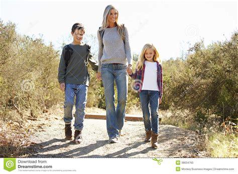 wandlen kinder moeder en kinderen die in platteland wandelen stock foto