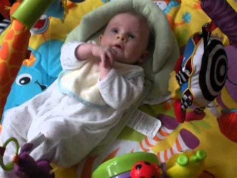bayi lucu berusia 3 bulan lagi asyik mainan