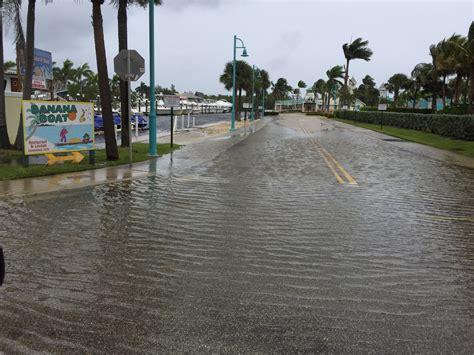 banana boat palm beach police flooding in parking lot of banana boat restaurant