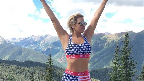 yolanda foster 21 day challenge yolanda hadid shows off her abs in patriotic workout gear