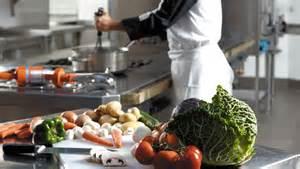 la cuisine moderne de cuisiner avec l aide de la