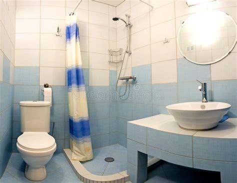 blaues badezimmer stockfoto bild inside spiegel - Kleines Blaues Badezimmer