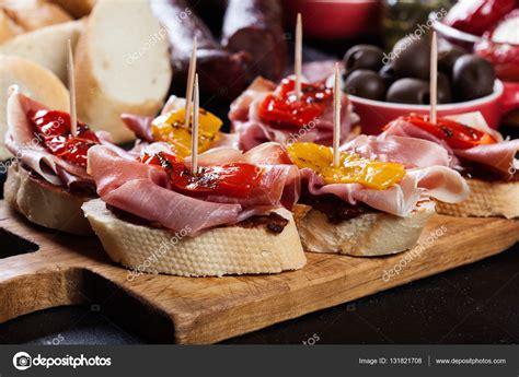 de tapas con quique tapas espa 241 olas con lonchas jam 243 n serrano y pimiento asado tambi 233 n aceitunas salami cebolla