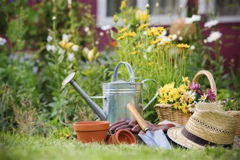 casa di fiori lavori e fiori di primavera in giardino unadonna