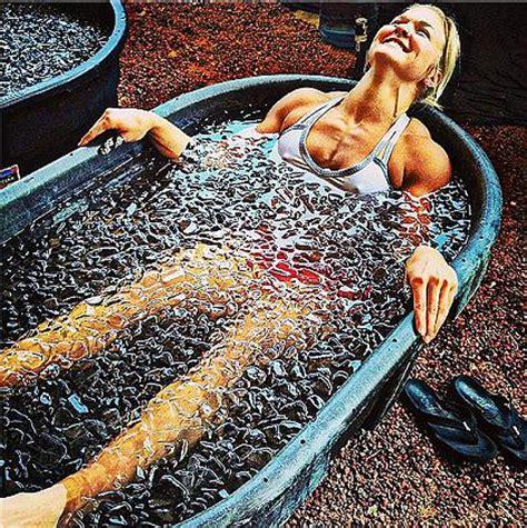 prurito alle gambe dopo la doccia ecco la crioterapia il bagno nel freddo cura i dolori