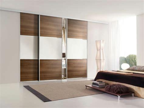 Charmant Changer Couleur Meuble Bois #2: 0-chambre-a-coucher-de-couleur-taupe-avec-placard-porte-de-placard-coulissante-en-bois-foncé.jpg