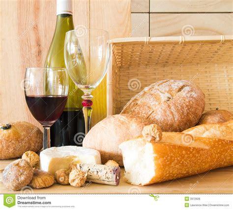 imagenes de uvas y pan pan y vino imagen de archivo libre de regal 237 as imagen