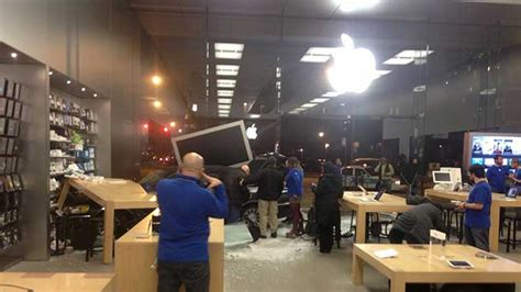 apple store hours lincoln park car slams into chicago apple store during business hours u