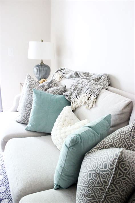 couch pillow ideas 25 best ideas about neutral couch on pinterest neutral
