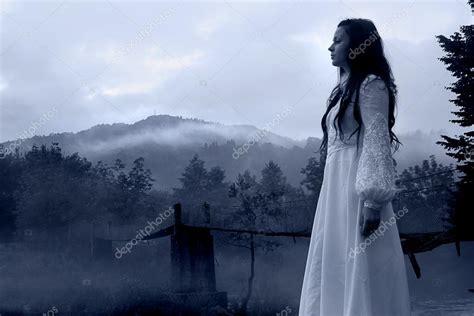 imagenes mujeres vestidas de negro mysterious woman in white dress horror stock photo