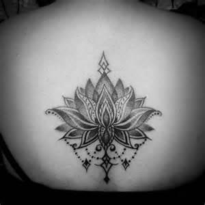 tatouage femme lotus mandala dos encre tatouage femme tatouage fleur de lotus