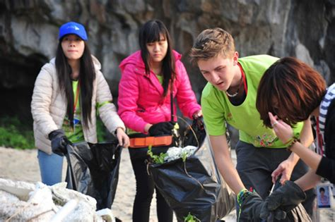 booty bay boat goes to foreigners collect rubbish in ha long bay news vietnamnet