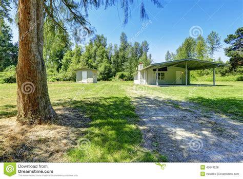 petit hangar maison de cagne avec le sous sol de d 233 brayage et le