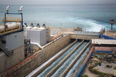 the desolenator uses solar power to turn salt water into